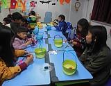 아동들이 호박양초 만드는 모습