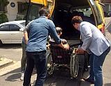 목욕봉사를 위해 휠체어에 탄 어르신을 차량으로 모시고 있는 모습