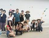 벽화 그리고 난 뒤 이장님과 친구들 함께 사진 촬영 모습