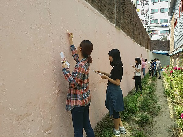 빈 벽에 스케치 하는 모습