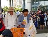 차성수 구청장이 이동푸드마켓 포장을 돕고 있는 모습