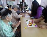 청소년 친구와 노인센터 어르신 미술 작품 활동하고 있는 모습