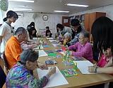 어르신들과 각 학생들이 그림그리고 있는 모습