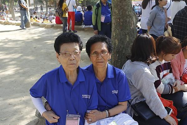 여성 어르신 두분이 함께 웃으며 사진 촬영한 모습